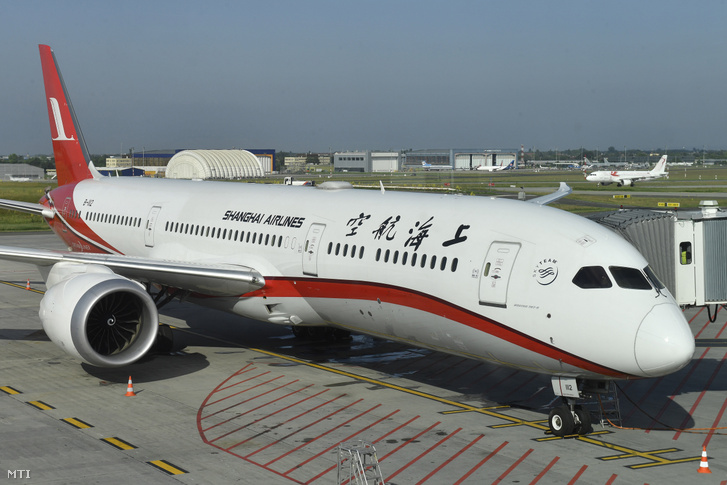 A Shanghai Airlines repülőgépe a Budapest Liszt Ferenc Nemzetközi Repülőtéren 2019. június 7-én