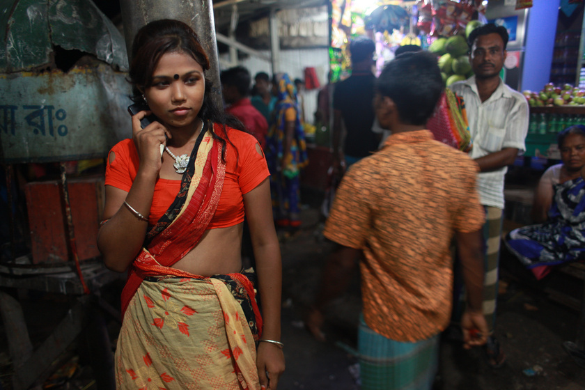 Bristi, a fiatalkorú szexmunkás éppen kuncsaftokra vár Daulatdiában.