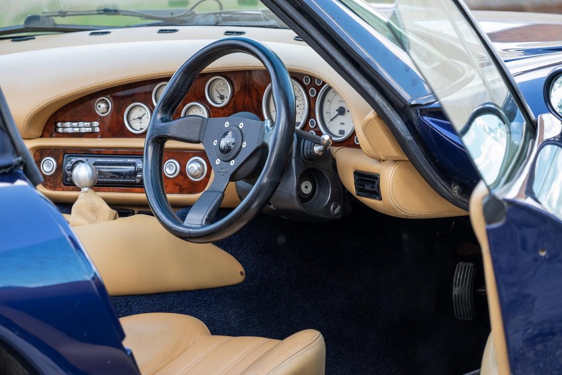 Klasszikus angol sportautó-műszerfal