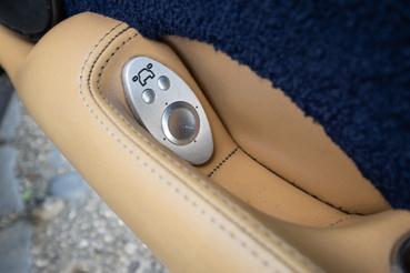 Még a  tükörállítóhoz is saját gombokat és gallért reszeltek. A kapcsolók alatta nyilván valami Fordból származnak