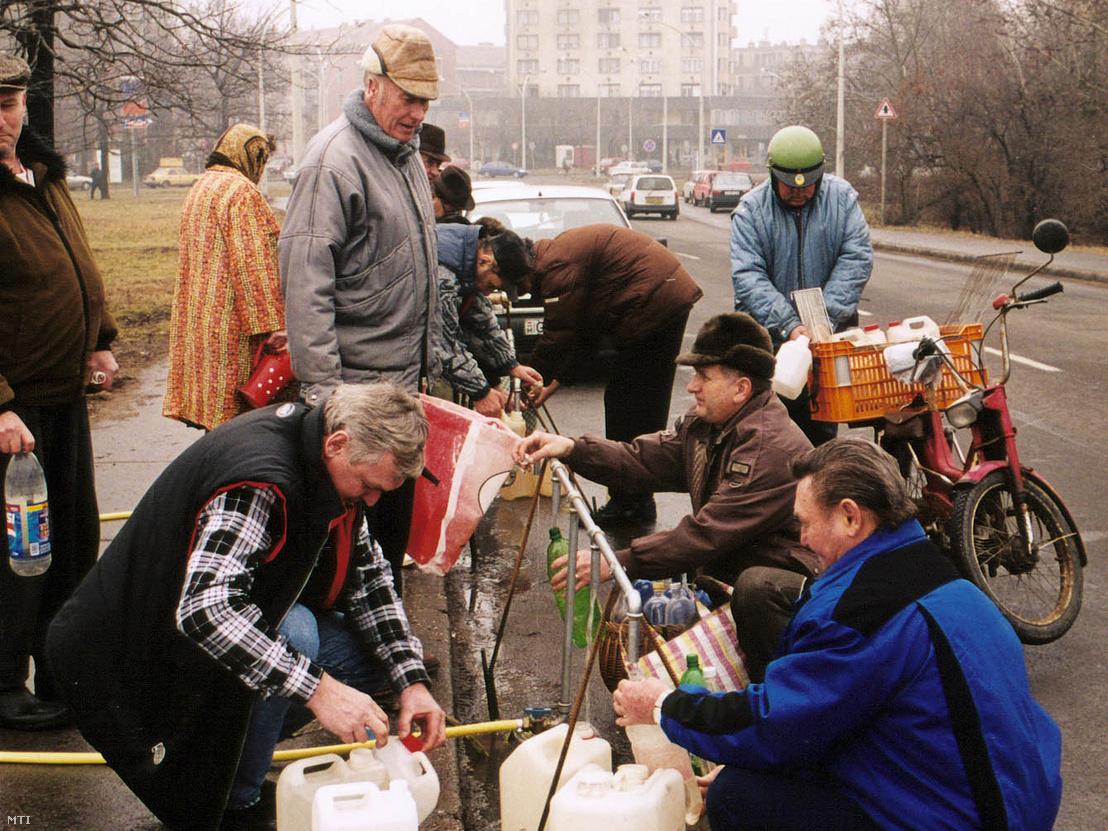 Szolnoki lakosoknak osztanak ivóvizet 2000. február 7-én