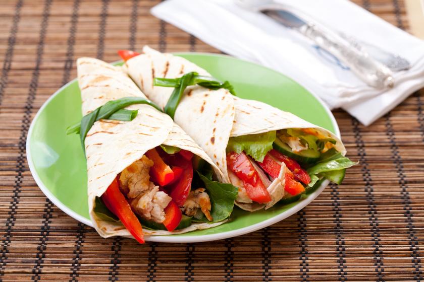 Csirkés, zöldséges tortillatekercs: ebbe tedd a hétvégi maradékot