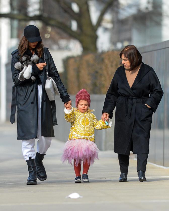 Anya és lánya a nagymamával nem mellesleg a nagymamával találkoztak egy kis sétára.