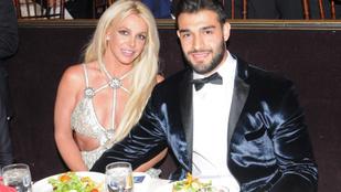 Britney Spears jógázna, de a pasija nem győzi csókolgatni