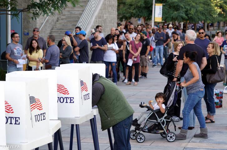 Szavazók várakoznak voksuk leadására az amerikai Culver Cityben 2018. november 5-én.