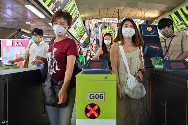 Emberek arcmaszkban bangkoki vasútállomáson 2020. január 28-án