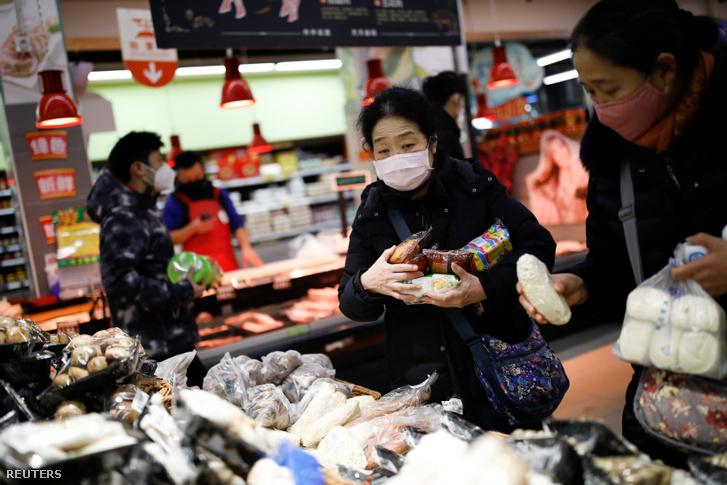 Pekingi szupermarketben vásárlók arcmaszkban 2020. január 31-én