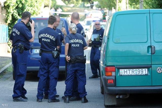 Rendőrök a pécsi Délibáb utcában, ahol Bándy Kata holttestét megtalálták 2012. július 11-én.