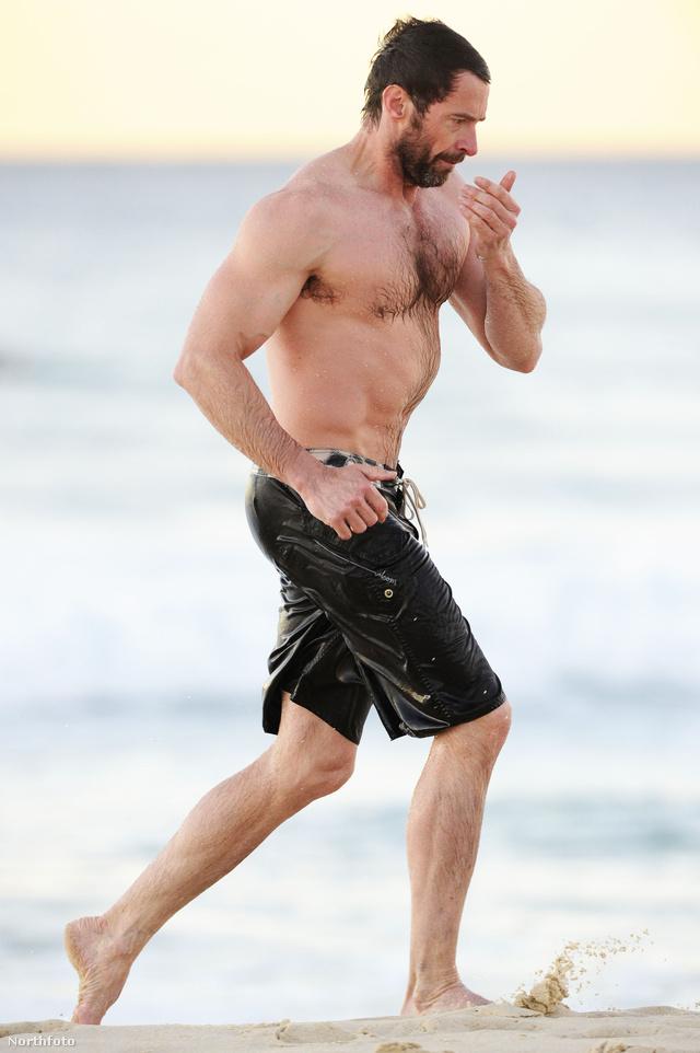 Hugh Jackman kijött az óceánból, Syndney-ben, a Bondi Beachen