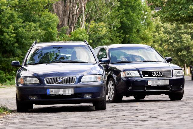 Nem a krómtól lesz prémium, hanem a tartalomtól. Mindkét autó sokhengeres, automata, az Audi még Quattro is
