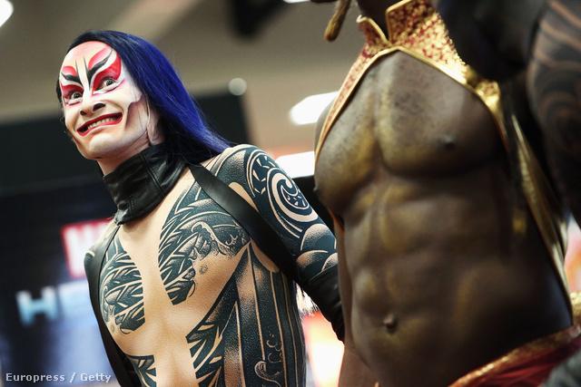 A Cirque du Soleil artistái teljes harci díszben a Comic Conon
