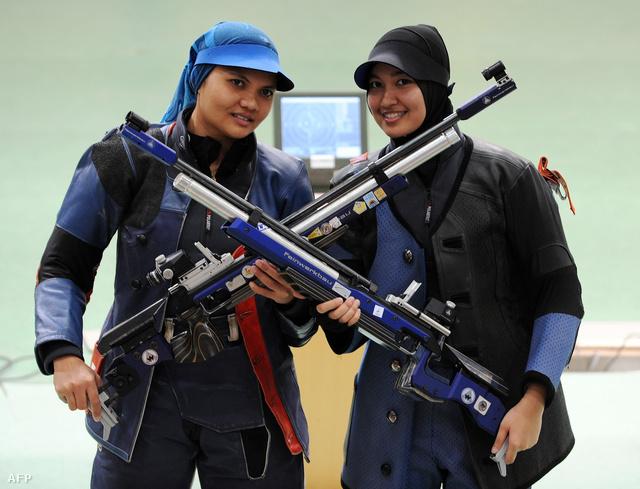 Suryani (baloldalt) és csapattársa Halim Nur Ayuni
