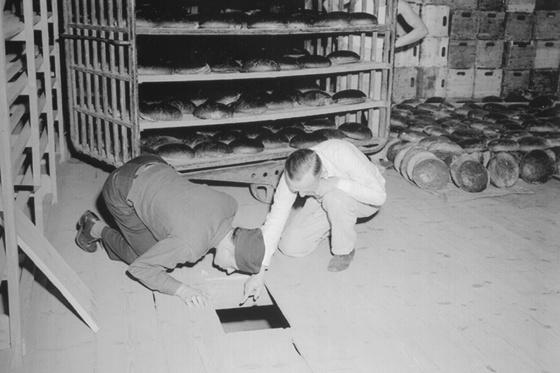 Egy amerikai katona és egy német nyomozó a mérgezési kísérlet után ellenőrzi a konyhát Nürnbergben