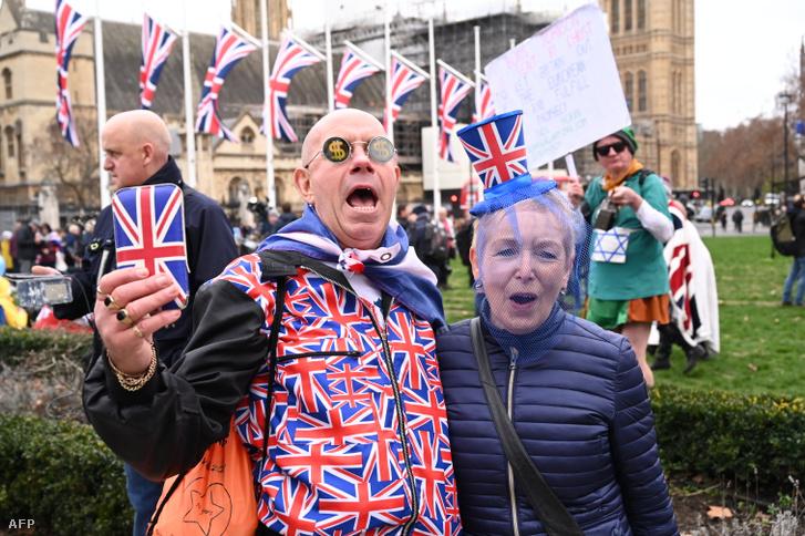 Brexit támogatók a londoni Parlament épülete előtt 2020. január 31-én