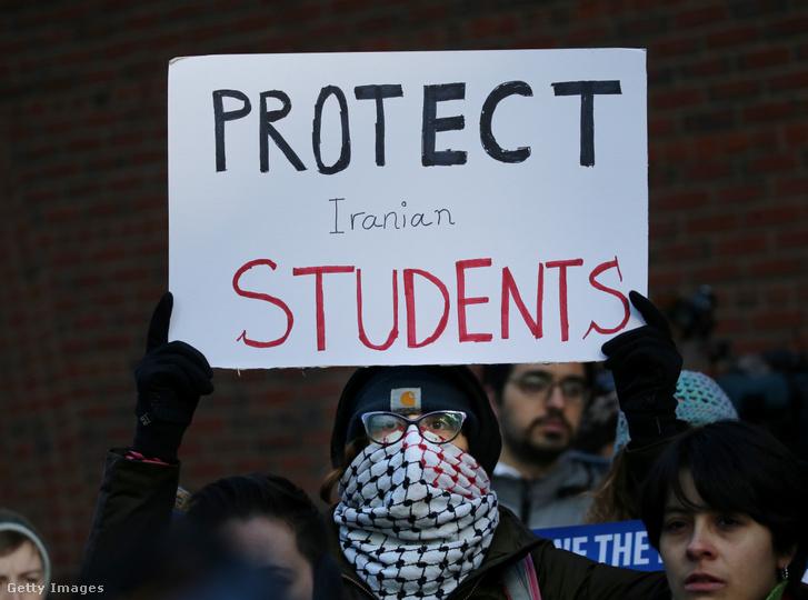 Az iráni diákok kitoloncolása ellen tiltakozók a Bostonban a szövetségi bíróság épülete előtt 2020. január 21-én