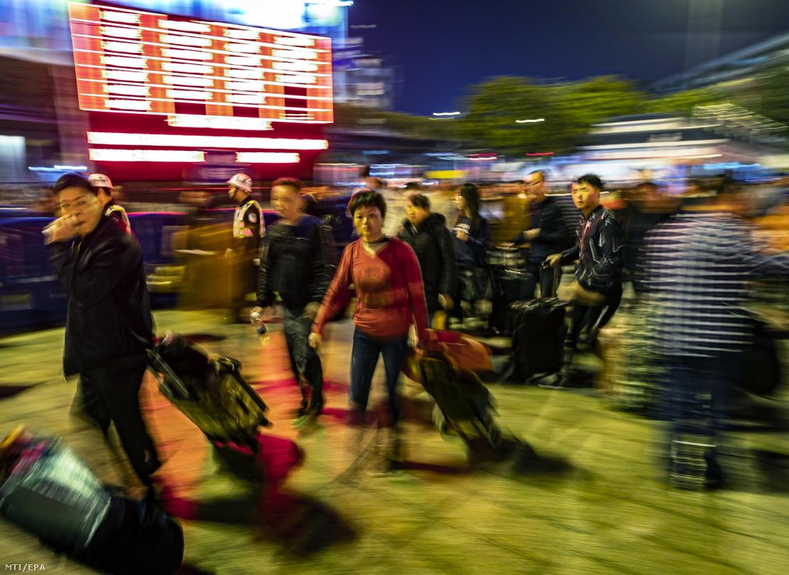 Utasok a kuangcsoui főpályaudvaron 2019. január 26-án.