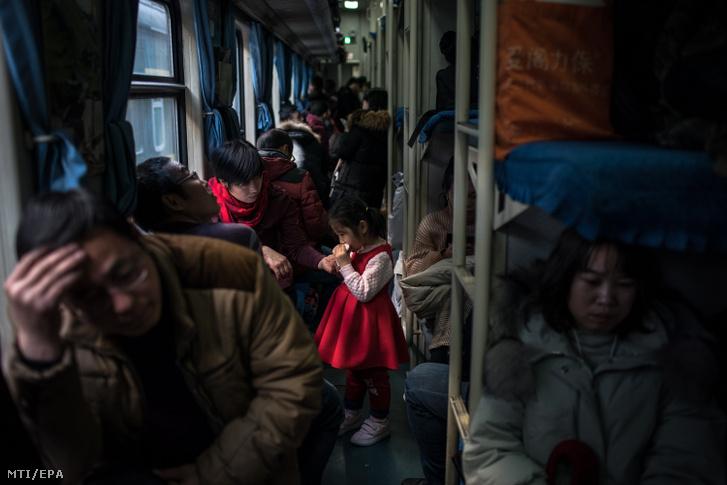 Utasok a Pekingből vidékre tartó vonatok egyikén 2019. február 1-jén
