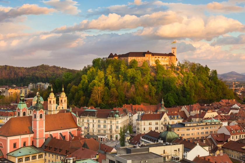 A főváros fölé emelkedő kastély elképesztő látványt nyújt, Ljubljana egyik fő látványossága a 900 éves építmény.