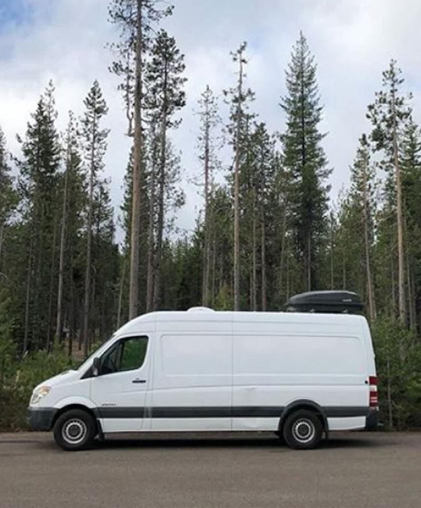 Végy egy egyszerű furgont, szánj rá időt és pénzt, majd lépj be egy ilyen szuper kis lakóautóba! Mutatjuk belülről!