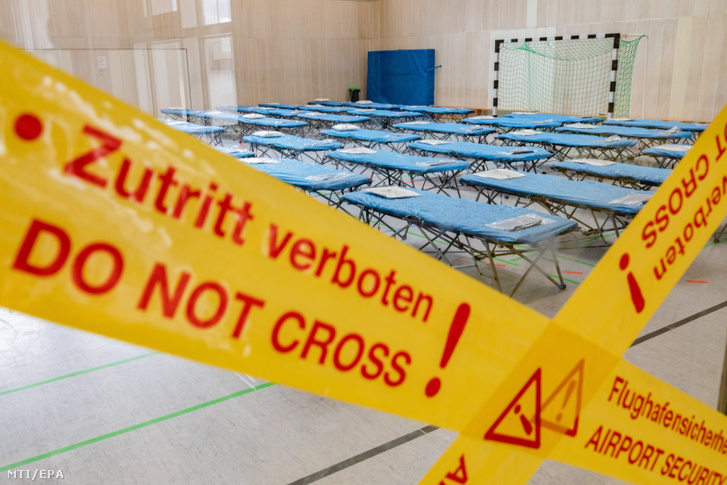 Tornateremből kialakított elkülönítő a frankfurti repülőtéren 2020. január 31-én. A helyiségbe mintegy kilencven a kínai Vuhanból és környékéről érkező német állampolgárt különítenek el, akik várhatóan február 1-jén érkeznek a német város repülőterére.