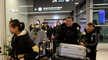 Vizsgálják a Kínából érkező utasokat a budapesti repülőtéren