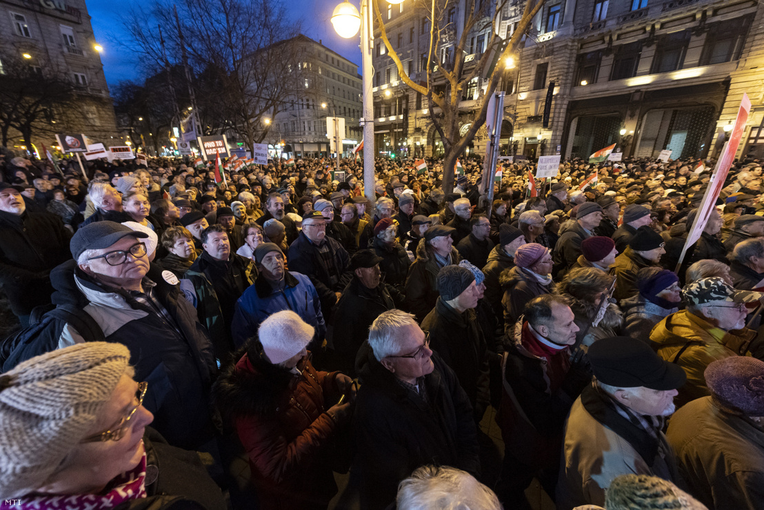 Demonstrators in Budapest in front of the district VII City Hall calling for mayor Péter Niedermüller's resignation on 30 January 2020.