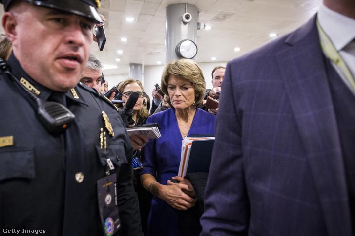 Lisa Murkowski szenátor az amerikai szenátusban újságíróknak nyilatkozik 2020. január 30-án