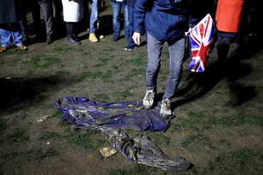 A Brexit pártiak pedig Európai Uniós zászlót égettek