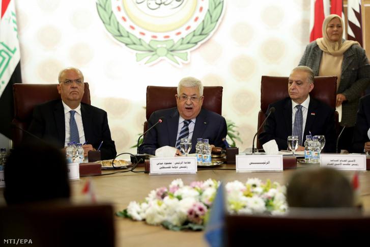 Mahmúd Abbász palesztin elnök (k) beszél az Arab rendkívüli ülésén Kairóban 2020. február 1-jén. Abbász kijelentette, hogy a palesztinok minden kapcsolatot megszakítanak Izraellel és az Egyesült Államokkal.