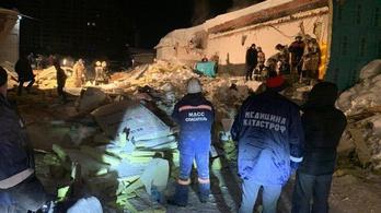 Beszakadt egy kávézó teteje Szibériában a nagy hó alatt
