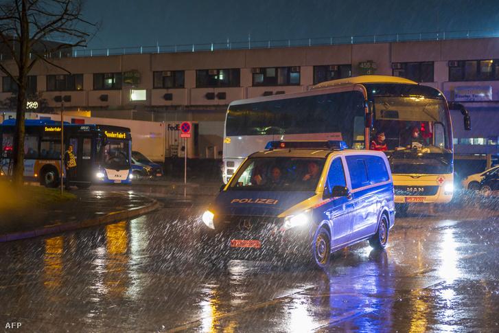 Rendőrség által kísért konvoj, amin a vuhani evakuáltakat szállították Germersheimben 2020. február 1-én