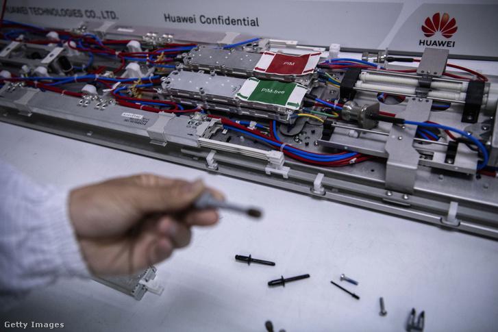 Huawei alkatrészek a cég bantai kampusz kutatási és fejlesztési területén Shenzenben