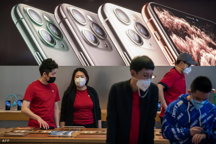 Apple pekingi üzletében az eladók és a vásárlók is maszkot hordanak 2020. január 30-án