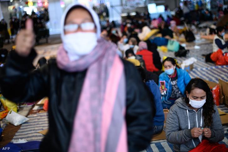 Arcmaszkos helyi segítők tiltakoznak Mei Foo tartományban a kormány azon tervei ellen, amelyben a Jao Tsunk-I Akadémia helyi világörökség részét karanténtáborrá alakítanák 2020. február 2-án.