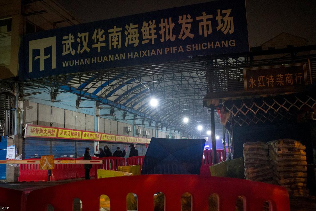 Biztonsági személyzet a lezárt vuhani piacnál 2020. január 11-én