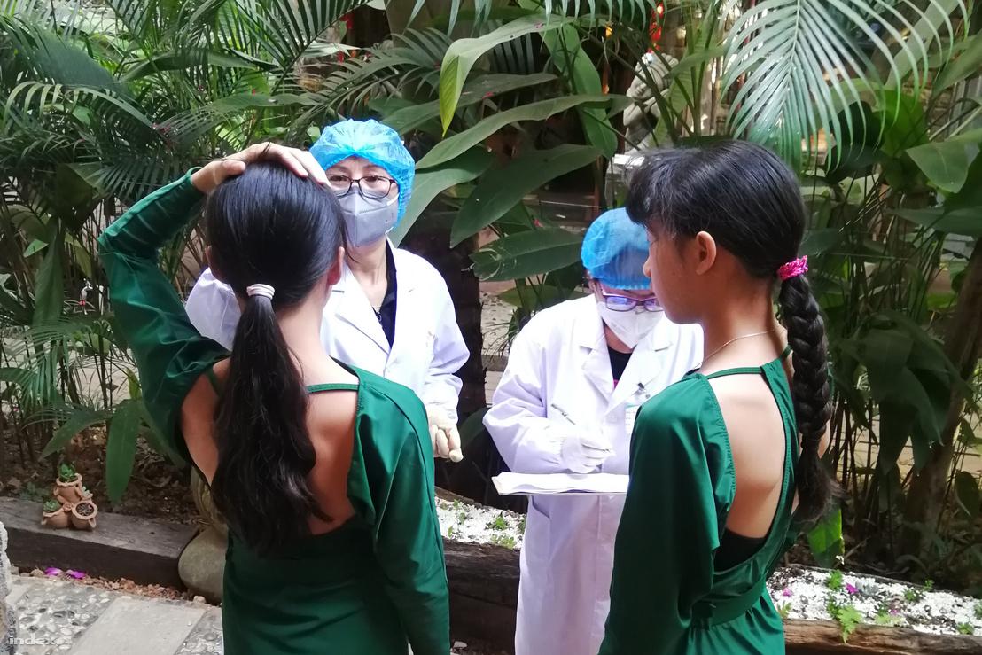 D. lányainak testhőmérsékletét ellenőrzik a kiérkező orvosok 2020. február 2-án.