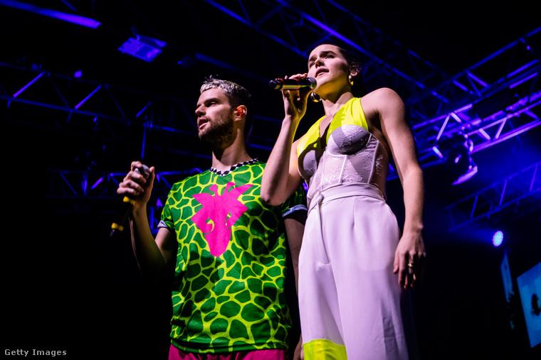 Az együttes 2019 végén európai turnén járt, ez a kép december 8-án készült róluk Milánóban.
