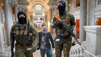 Maszkban, felfegyverkezve sétáltak be tüntetők a Kentucky-i Capitoliumba