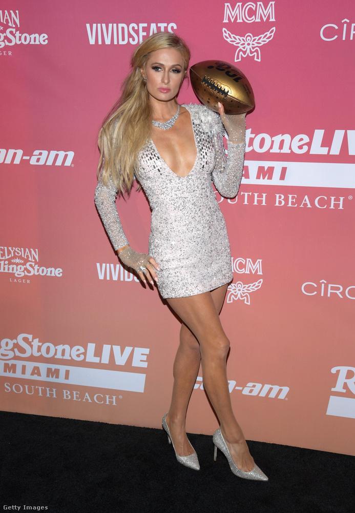 Paris Hilton egy ezüstöscsen csillámló, jól dekoltált miniben volt, az aranyozott futballabdánál is hegyesebb a tűsarkúja orra.