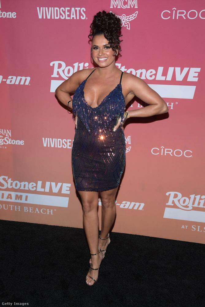 Ő pedig Joy Taylor, aki Paris Hiltonhoz hasonlóan egy csillámló és dekoltált minit viselt.