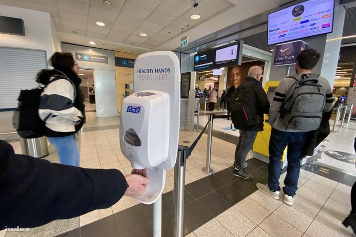 Kihelyezett kézfertőtlenítő a Liszt Ferenc repülőtér termináljában