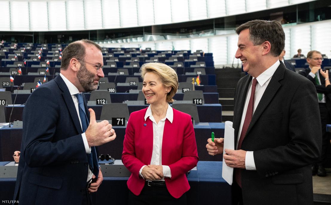 Ursula von der Leyen, az Európai Bizottság elnöke (középen), Manfred Weber, az Európai Néppárt (EPP) frakcióvezetője (balra) és David McAllister, az EPP képviselője az Európai Parlament plenáris ülésén Strasbourgban 2019. december 18-án