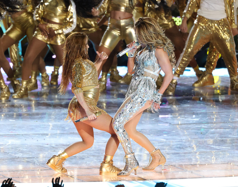 A soron következő fotókat elnézve mi magunk sem hisszük el, de az igazság az, hogy Shakira 43, JLo pedig 50 éves.