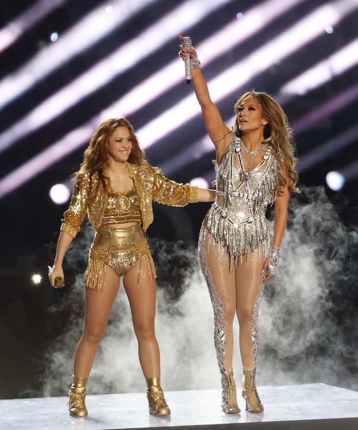 Ez többek között azért is hihetetlen, mert bár Jennifer Lopez is jóval fiatalabbnak tűnik valódi koránál, a mellette álló Shakira egyenesen kistininek tűnik.