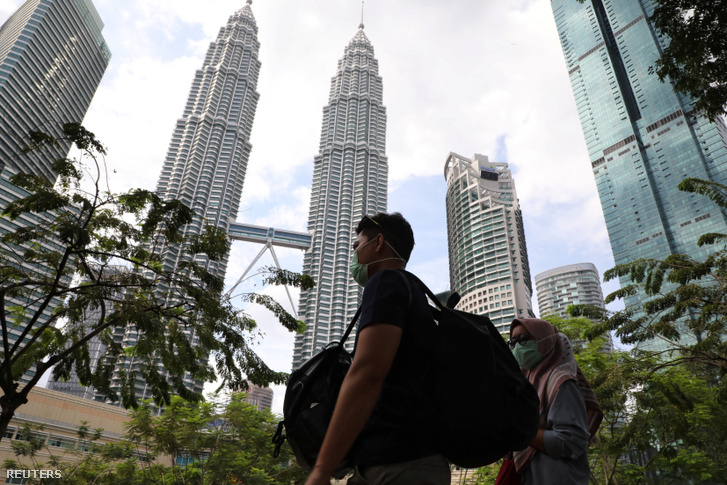 Turisták arcmaszkban Kuala Lumpurban 2020. január 31-én