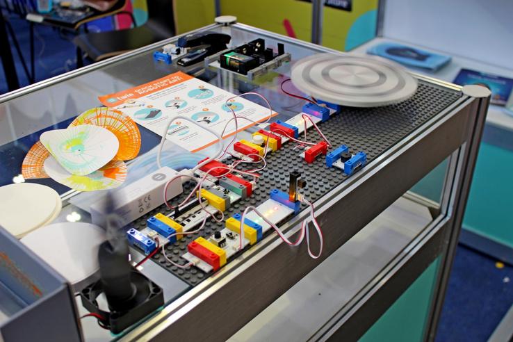 Sok gyártó (jellemzően Kínából) gyárt olyan programozható, bővíthető készletet, aminek az alkatrészeit LEGO-utánzat elemekkel lehet összekötni. Ezek, éppen ezért jó eséllyel sosem lesznek a magyar piacon kaphatóak,  ugyanis a LEGO-rendszer nálunk még jogvédett