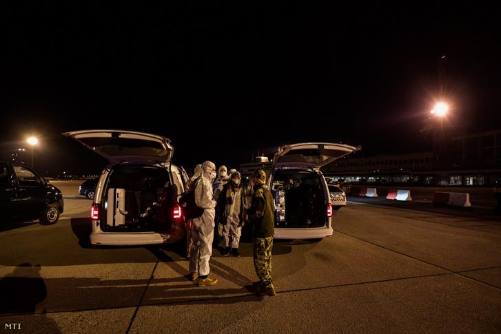Hazatérő magyarok, miután Budapestre érkeztek a Magyar Honvédség repülőgépével 2020. február 2-án