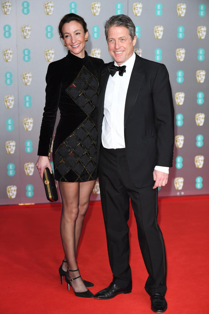 Hugh Grant le sem vette a kezét csinos feleségéről, Anna Elisabet Ebersteinről.
