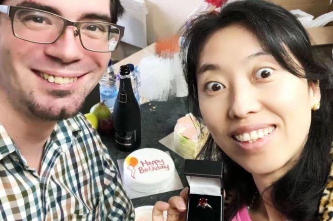 Matt Raw (balra), a gyűrű (középen) és a felesége (jobbra)
