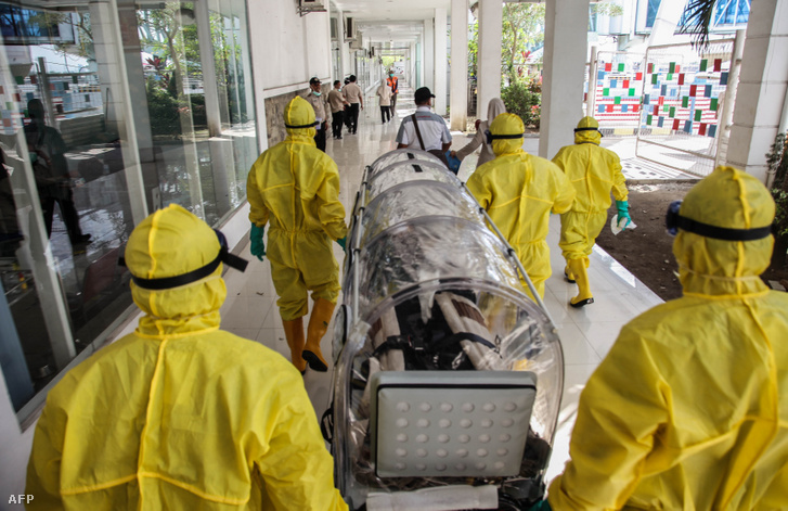 Vuhanból evakuált beteg indonéz állampolgárt szállítanak izolálva Medanban 2020. február 3-án